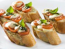 Ingrediënten voor 4 personen                                stokbrood, in 8 stukken gesneden             pesto, uit een potje     2 bolletjes mozzarella, in schijfjes gesneden             250 gr kerstomaatjes, gehalveerd of in schijfjes gesneden             4 eetlepels olijfolie             2 teentjes knoflook uit de knijper             1 koffielepel provençaalse kruiden             mespuntje cayennepeper