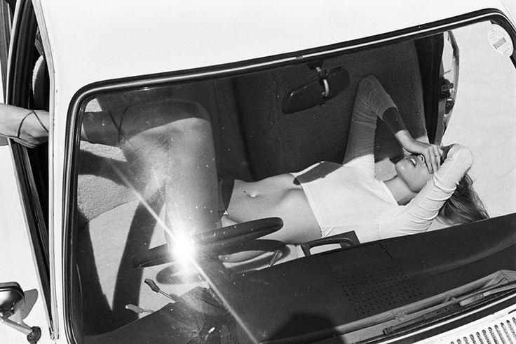 De Duitse schoonheid Kim Riekenberg zette voor deze verrukkelijke fotoshoot haar Duitse trots opzij en klom op en in een Fransoos: een vintage Citroën GS. Eyecandy en wheels komen samen op een zeer lekkere en bijzonder fraaie wijze.