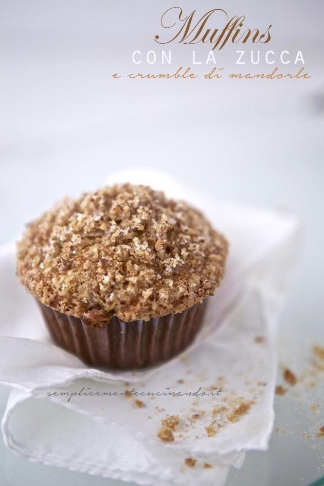 Come non fare ora i muffins alla zucca? E se li completiamo con un top croccante di crumble di mandorle il guaio è fatto: finiscono subito!