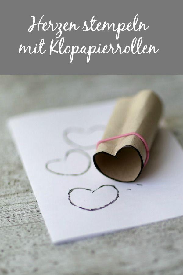 Herzen stempeln mit Klopapierrollen
