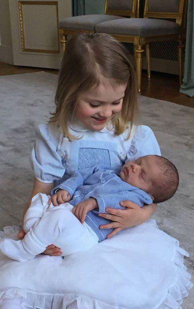 Prinzessin Victoria + Prinz Daniel: 24.März 2016 Wie süß! Prinzessin Estelle hält ihren kleinen Bruder Oscar liebevoll im Arm. Das royale Geschwister-Foto veröffentlichte das schwedische Königshaus jetzt auf Facebook und bedankt sich für die vielen Glückwünsche zu Estelles Geburtstag im Februar und Oscars Geburt Anfang März