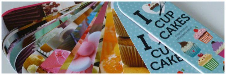 Voor iedereen die dol is op bakken: Kook Cadeau Koker I Love Cupcakes! Een koker met receptenwaaier, vormpjes, spuitzak met spuitmondjes en cupcakeboor.