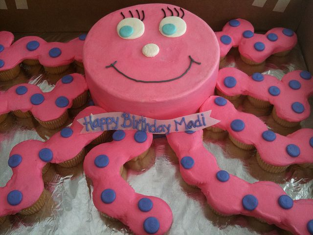 Octopus cake with cupcakes