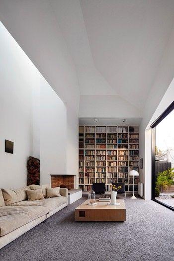 白い空間の奥にカラフルな本たちがあることでお部屋に奥行きと変化を与えていますね。