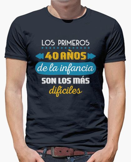 Camiseta Los Primeros 40 Años de la Infancia (Fondo Oscuro)