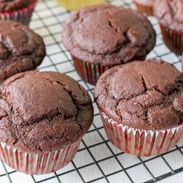 Muffins de Chocolate 🍫   Ingredientes:   1 taza de yogurt griego o natural   1/2 taza de leche (la que usen ) (dividido ) usar 1/4 de taza primera parte de la preparación y el resto  al final   1/2 taza de endulzante   1/2 taza de cacao en polvo sin azúcar   3 cdas de aceite (el que usen )   1 cdita de bicarbonato de sodio   1 y 3/4 de taza de harina de arroz integral o harina de la que usen   5 claras   1 cda de ralladura de limón  .