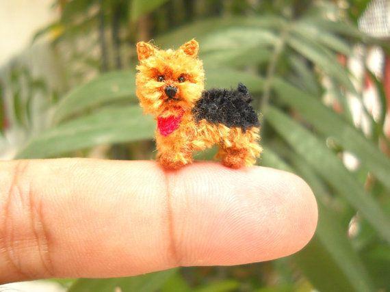 Perro de ganchillo hecho a mano en miniatura micro - Silky terrier cachorro está hecha de hilos de bordado y rellenos por polyfil...    Tamaño: Aprox. 0,8