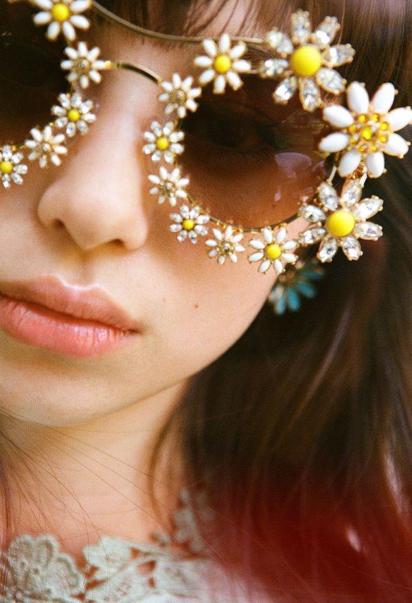 Et s'il suffisait de changer de lunettes de soleil pour insérer un brin de fantaisie dans sa vie ? (Dolce&Gabbana)