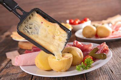 La raclette de Savoie vient d'être reconnue Indication Géographie Protégée. Vin blanc ou vin rouge, que boire avec la raclette qui est aussi le plat emblématique des sports d'hiver ?