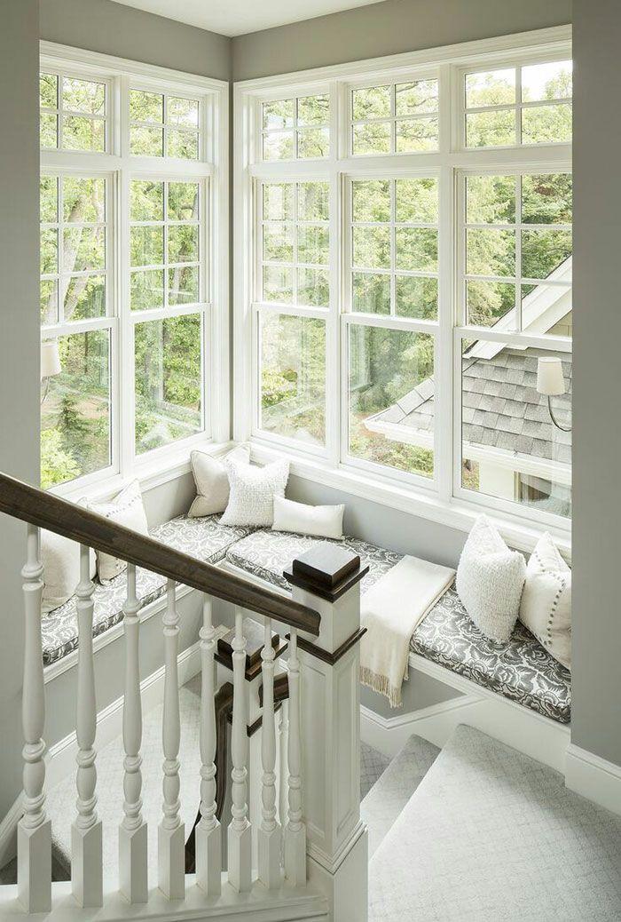 Leggere alla finestra - Divano posizionato sulle scale di casa