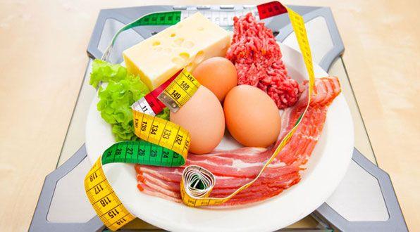"""Existem inúmeras variações da dieta low carb, com diferentes restrições à quantidade e ao tipo de carboidratos permitidos durante o programa. O que todas elas têm em comum é que o principal nutriente da alimentação deve ser a proteína- obtida de fontes como as carnes, ovos e laticínios- seguida de gorduras """"boas"""" para a saúde, ..."""