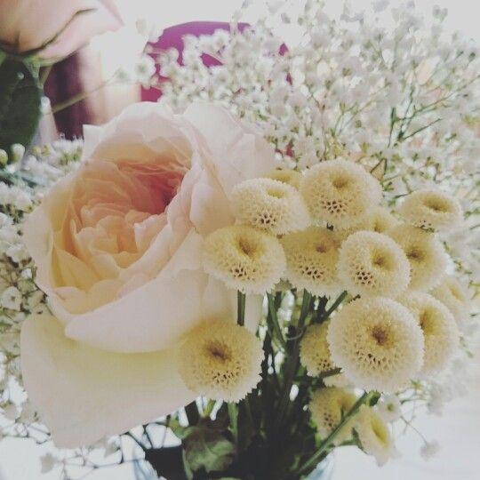 Boda romántica y vinilos. Centro de mesa: tanacetum baya, rosa David Austin y paniculata.