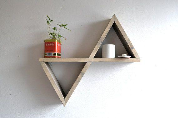 Étagère géométrique inspirante. Faite en pin, vous pourrez la peindre comme bon vous semble.