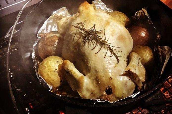 ダッチオーブンを買ったらいつかは丸鶏を焼いてみたい。でもどうやって作るのか分からない。そんな方も多くいらっしゃるのではないでしょうか?今回はローストチキンをキャンプで簡単に作れる方法と家庭用オーブンでの調理法をご紹介します。