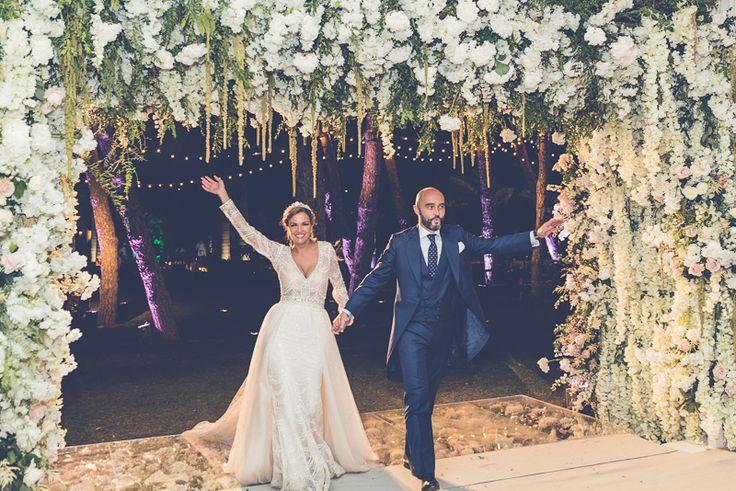Entrada de los novios a través de un arco de flores The bride and the groom entrance through a flower archery
