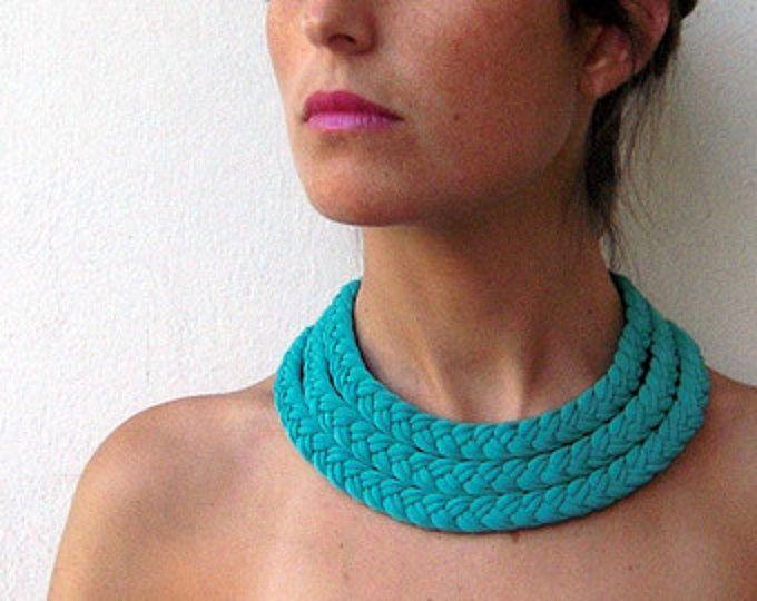 Esmeralda gargantilla collar tribal, boho collar, gargantilla, gargantilla de verano - el collar de trenza triple - hecho a mano en tela de color turquesa y Esmeralda