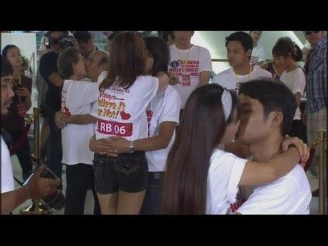 """Casados há 50 anos, idosos tentam bater recorde do beijo mais longo do mundo    Tailândia - Um casal de idosos, que vivem juntos há mais de 50 anos, tenta quebrar o recorde mundial para o beijo mais longo em um concurso que ocorre na Tailândia. Pannajet Yomkida, 74, e sua esposa Suwanna, 70, estão entre os nove casais que pretendem bater o recorde atual que é de 50 horas, 25 minutos e um segundo. Veja:  """"Eu não tenho certeza se conseguiremos ganhar devido a nossa idade, mas, se fossemos mai"""