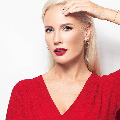 Красная помада — знаковая для телеведущей Елены Летучей. А какие еще мейкап-средства использует знаменитость? Об этом она рассказала в одном из своих недавних интервью.