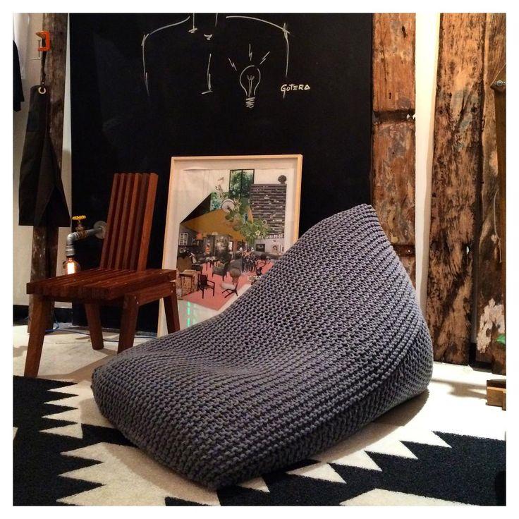 Puff em tricot artesanal com fio 85% algodão 15% acrílico, 0,90x1,30x0,90 cm com enchimento de couro ecológico, espuma e isopor e zíper para remoção da capa para lavagem.