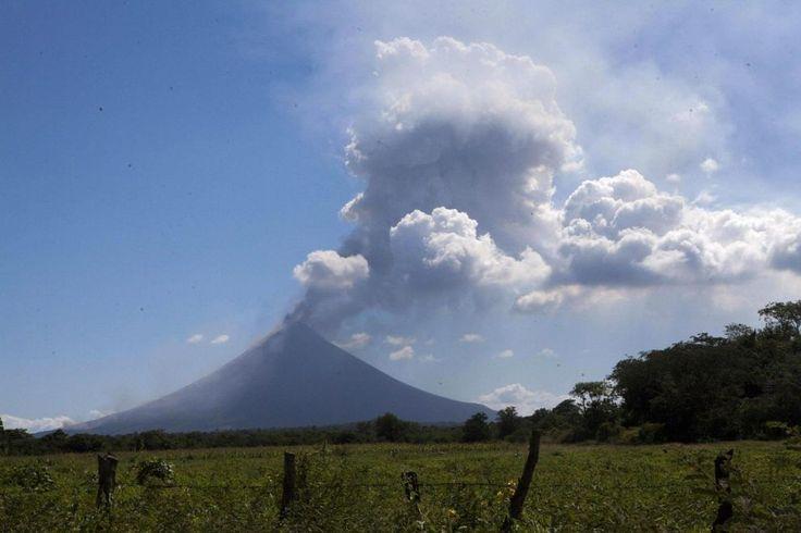 Il #vulcano Momotombo visto dal villaggio di La Fuenta, in #Nicaragua. Il Momotombo si è svegliato dopo 110 anni di inattività, eruttando cenere e fumo che secondo le autorità non hanno causato danni alle popolazioni limitrofe. (© Ansa)