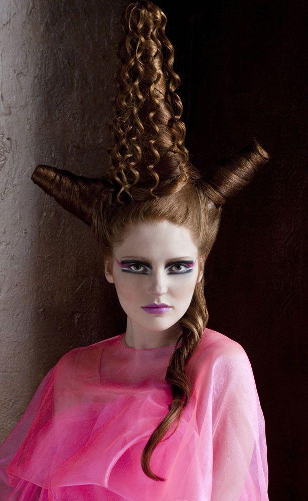 """""""Ben erg benieuwd naar de accessoires die binnen in het kapsel zitten om het haar in deze vormen te krijgen."""" (Haarkunstenares Gyta)"""