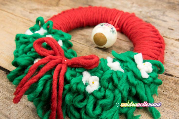 Tutorial con video per fare una bella ghirlanda natalizia fai da te in lana da mettere fuori porta come decorazione di Natale. Facile e veloce da fare
