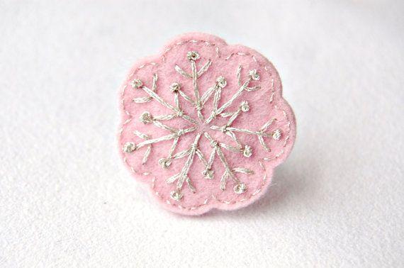 Anillo de copo de nieve rosa y plata por SewSweetStitches en Etsy