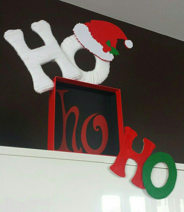 Decorazione natalizia realizzata con cartone, filo di lana e panno lenci