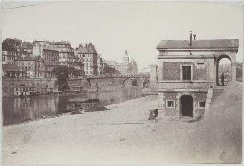 photo de la seine à paris avant haussmann en noir et blanc avec le pavillon d'octroi, le port de l'Hôtel-de-Ville et l'île de la Cité avec la Conciergerie vers 1850