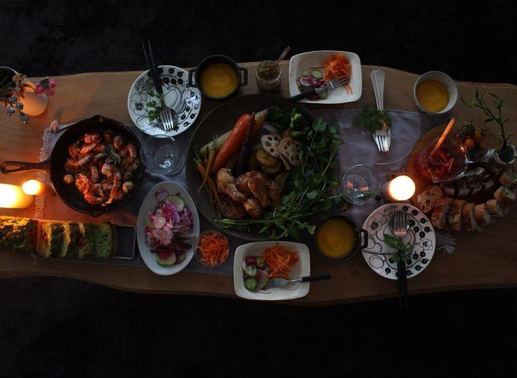 「merry Christmas eve!!! さぁ、食べよう! . . . 鶏と野菜のロースト 海老とマッシュルームのアヒージョ クリスマスカラーのケークサレ 紫のサラダ 南瓜ポタージュ シュクレのバケット 苺とトマトのブルスケッタ . ゆきえさん直伝アンチョビソースを野菜と。…」