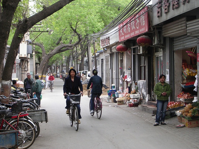 Pekin. Calle de un hutong con mucha vida by ainhoavu, via Flickr