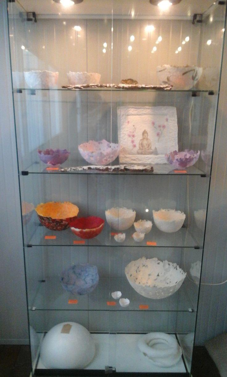 Een vitrine kast vol met papierkunst gemaakt door Yvonne Huiskamp.