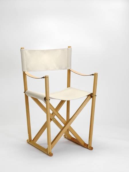 The Folding Chair, designed by Mogens Koch  eerbetoon aan de regisseursstoel  mooi en makkelijk te verplaatsen  stoel stabiliseert zich als je gaat zitten = uniek