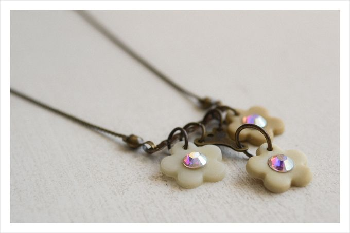 Vintage inspired swarovski trio cream flower necklace - polymer clay by Doeksisters