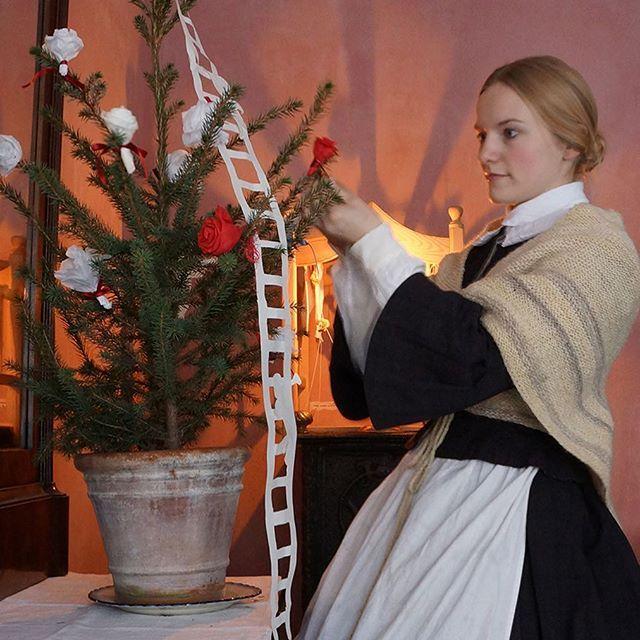 I præsteenkens stue er juletræet pyntet med silkepapirsroser og jakobsstige. Danmarks ældst bevarede stykke julepynt af papir er en Jakobsstige. Den er klippet af premierløjtnant Tønne Bloch (1793-1837) i Århus . #dengamleby #julidengamleby #visitaarhus #visitdenmark