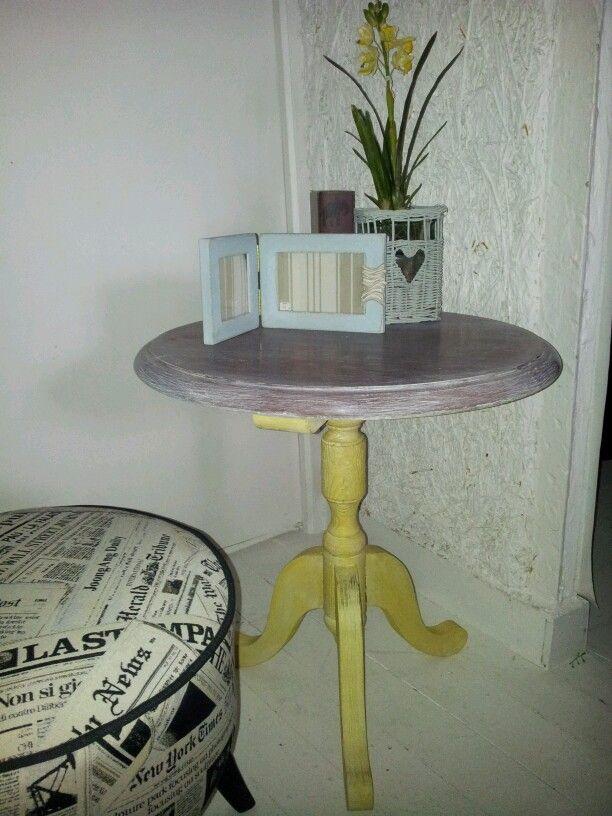 Velador pintado con Chalk Paint™, pie con english yellow y lavado con old white igual que la tapa.
