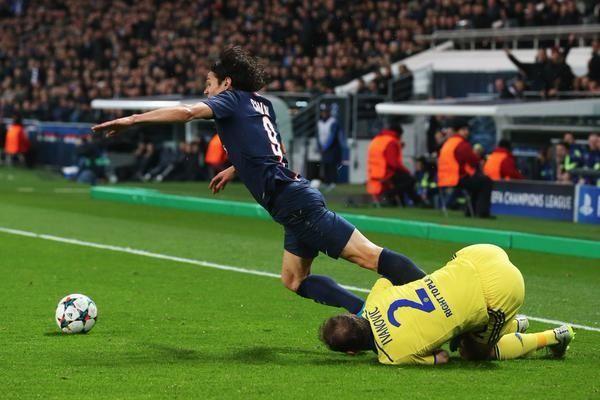 Jose Mourinho stworzył nową taktykę w obronie • Cavani złapany w pół przez Ivanovicia • Zabawne fotki w piłce nożnej • Zobacz >> #psg #football #soccer #sports #pilkanozna #funny