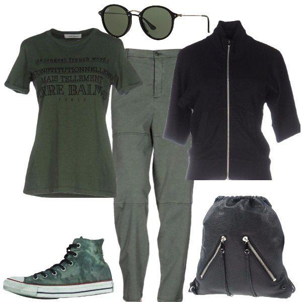 Nero e verde per questo outfit ideale per il tempo libero: T-shirt stampata e pantaloni chino, verdi militari, felpa con zip a maniche corte, nera, sneakers alte, fantasia mimetica, verde scuro, zaino di pelle martellata, nero, e occhiali da sole, stile ovale, verdi.