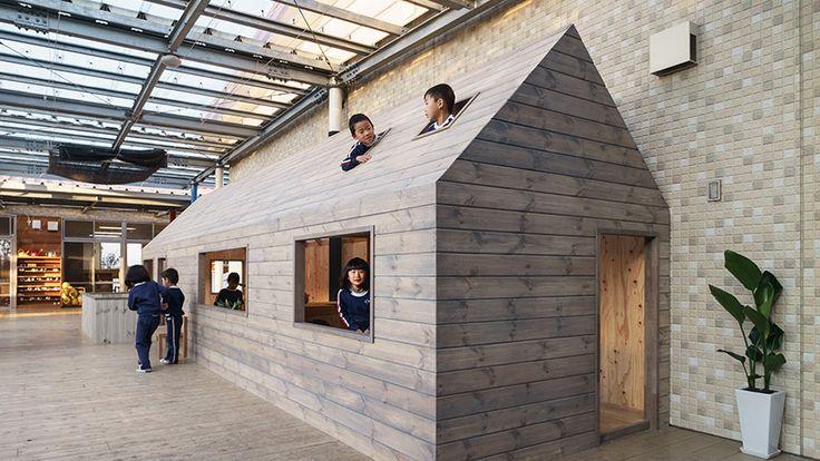 ある日はコックさんに、ある日は憧れのヒーローに、そして、ある日は大好きなママに。たとえ雨が降って外で遊べなくても、豊かな想像力を働かせば、室内遊びはとっても楽しくなります。幼稚園設計のスペシャリスト「HIBINOSEKKEI+Youji no Shiro」があたらしく手がけたのは、園舎ではなく、ごっこ遊びをする為の遊具でした。大人も一緒に、みんなで楽しめる夢のおままごとの世界をのぞいてみまし...