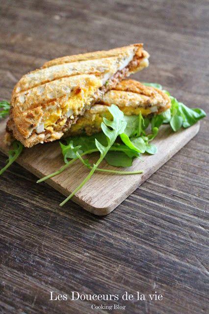 Le croc sardines et oeufs. Un petit croque-monsieur pour ce soir ? Oui mais là c'est aux sardines, oeufs et purée de tomates.. La recette par Petit Bec Gourmand.