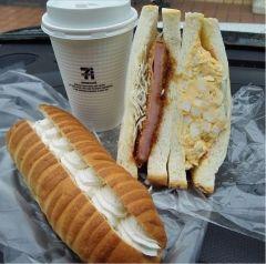 春日市のオススメのパン屋さんパン ナガタで買ってきたサンドイッチと生クリームパンとセブンイレブンのコーヒー 今日の夕食はこれで決まり()/  ここのパン屋さんのパン美味しいですよ tags[福岡県]
