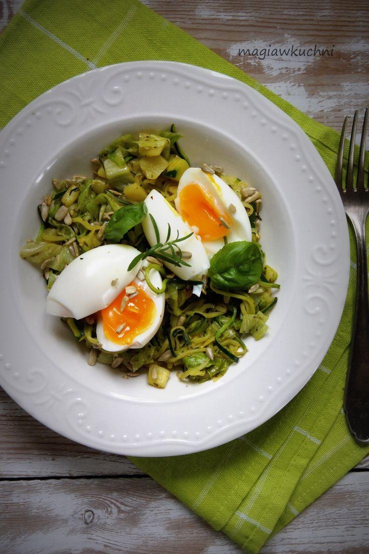Eggs with zucchini and lettuce heat./ Jajka z cukinią i sałatą na ciepło .