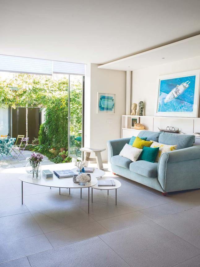 При открытых дверях гостиная становится единым целым с террасой. Зеленые и желтые подушки подчеркивают это единство.  (архитектура,дизайн,экстерьер,интерьер,дизайн интерьера,мебель,минимализм,гостиная,дизайн гостиной,интерьер гостиной,мебель для гостиной,на открытом воздухе,патио,балкон,терраса,современный) .