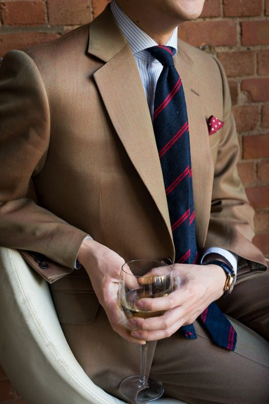 Den Look kaufen:  https://lookastic.de/herrenmode/wie-kombinieren/sakko-businesshemd-anzughose-krawatte-einstecktuch/1299  — Braunes Sakko  — Weißes und blaues vertikal gestreiftes Businesshemd  — Dunkelblaue horizontal gestreifte Krawatte  — Graue Anzughose  — Dunkelrotes gepunktetes Einstecktuch