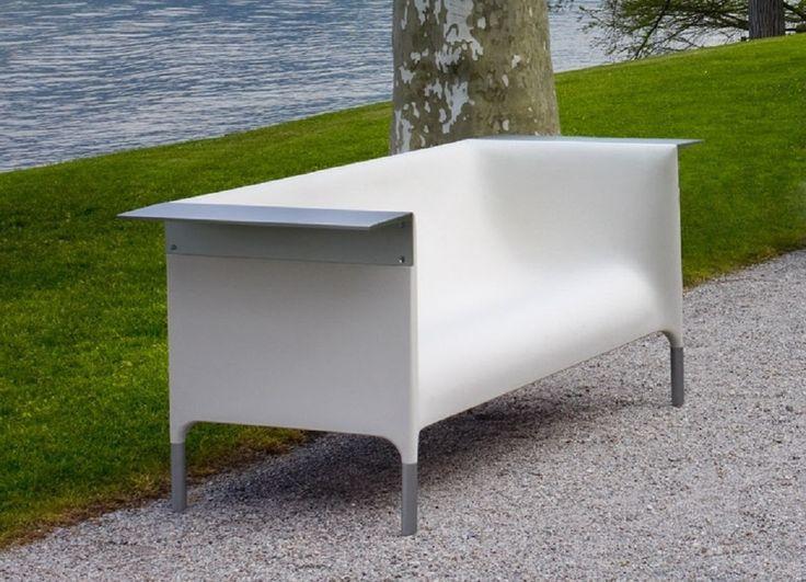 Il divano Out/In, progettato da Philippe Starck ed Eugeni Quittlet per Driade, è composto da un monoblocco impilabile in polipropilene, arricchito da un ripiano e piedi in alluminio anodizzato. Astratto nella composizione e confortevole in modo imprevedibile, è unico nel suo genere.