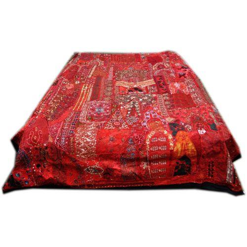 Patchwork sengetæpper er 100 % lavet i hånden. Hvert stykke er lavet af brugte brudekjole rester, som i hvert tilfælde er håndsyet og håndbroderet. Lapperne kan fx være i uld, silke, bomuld og viskose med eller uden pailletter, guld og sølv tråd osv. Disse tæpper kommer fra Rajasthan eller Gujarat.Tæppet er et pyntetæppe ,det er meget smukt og flot enten til soveværelset eller til f.eks at hænge op på væggen. Tæppet kan ikke vaskes.