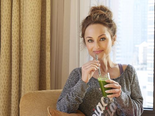 This energizing green blend, either as a juice or a smoothie, tastes great whether I'm on the road or at home! | www.giadaweekly.com @gdelaurentiis