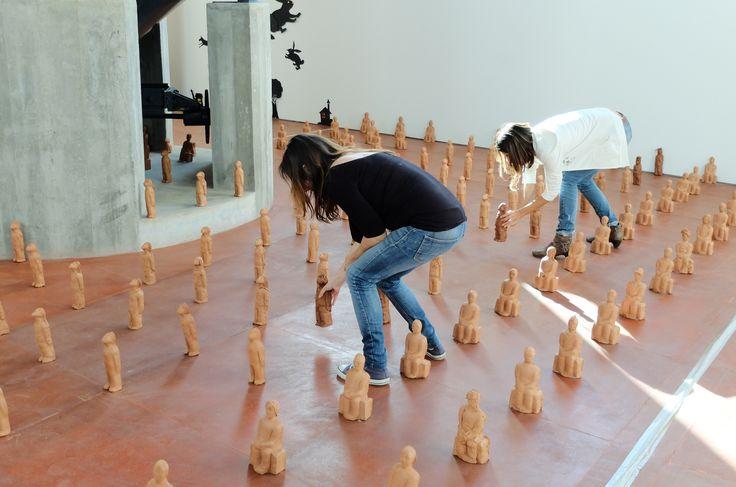 Los guerreros-alumnos de  terracota realizados en los talleres de las visitas escolares  van ocupando el suelo del vestíbulo de la Azucarera