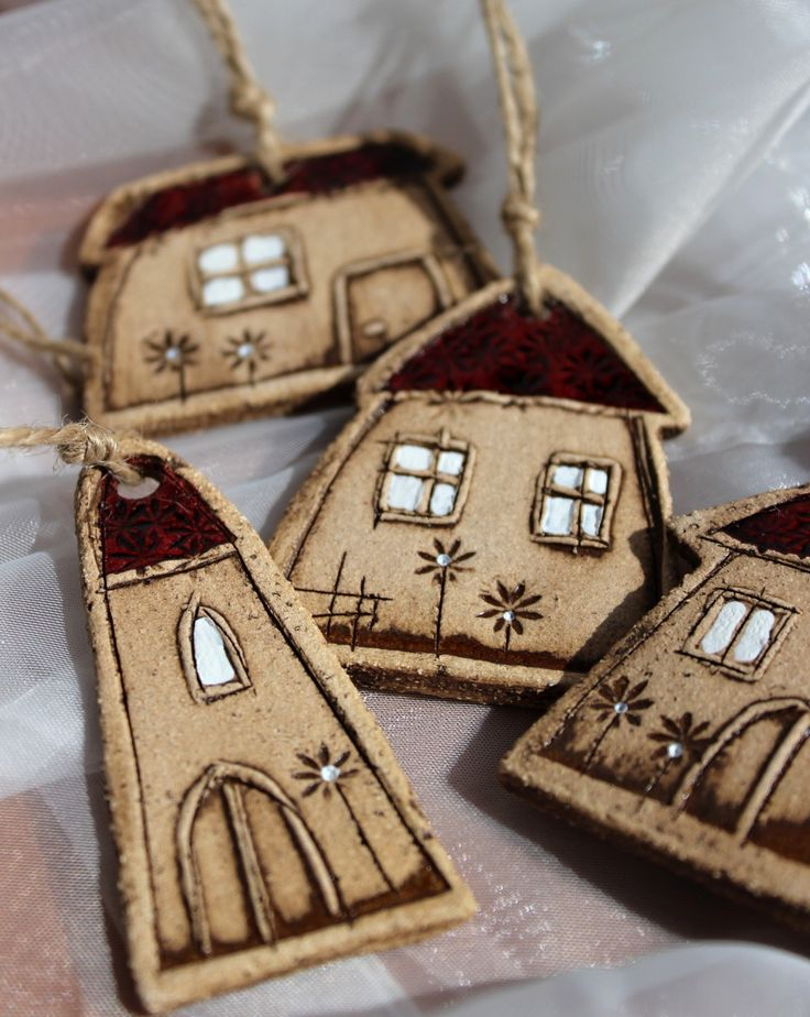 Domečky 3. Sada čtyř keramických domečků k zavěšení Rozměr 4,5 - 6,5 cm