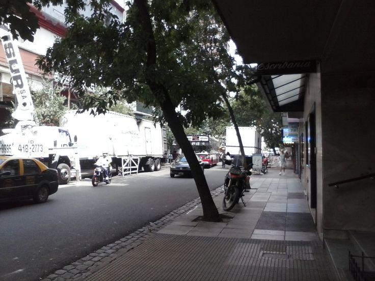 Dos imponentes grupos electrógenos, camión bomba de hormigón, varias lineas de colectivo... embotellamiento asegurado. Rosario entre Del Barco Centenera y San José de Calasanz - CABA - Argentina